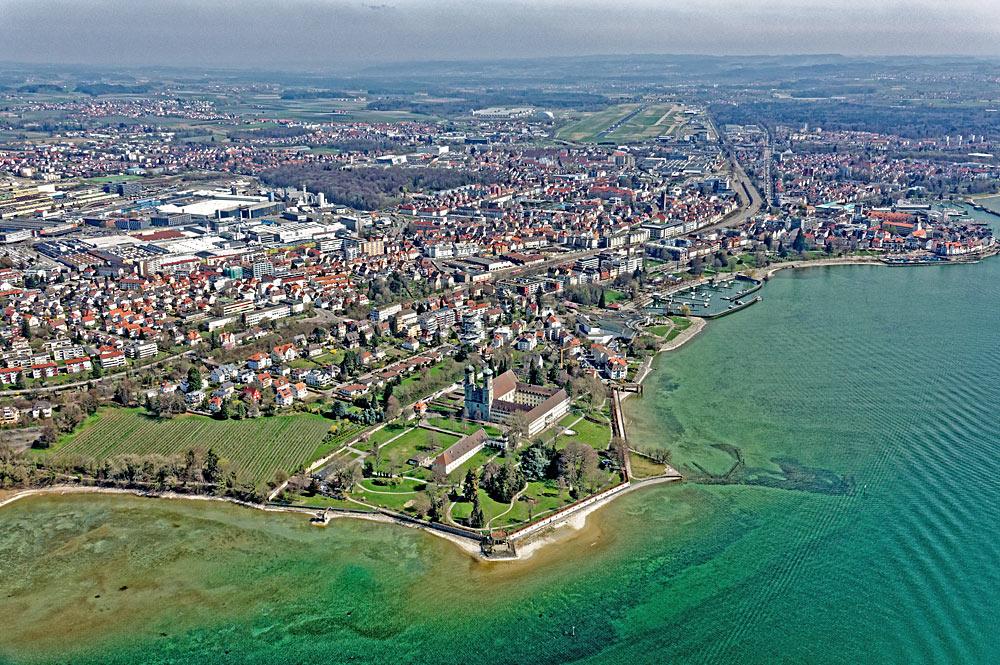 Friedrichshafen am Bodensee aus einem Zeppelin fotografiert
