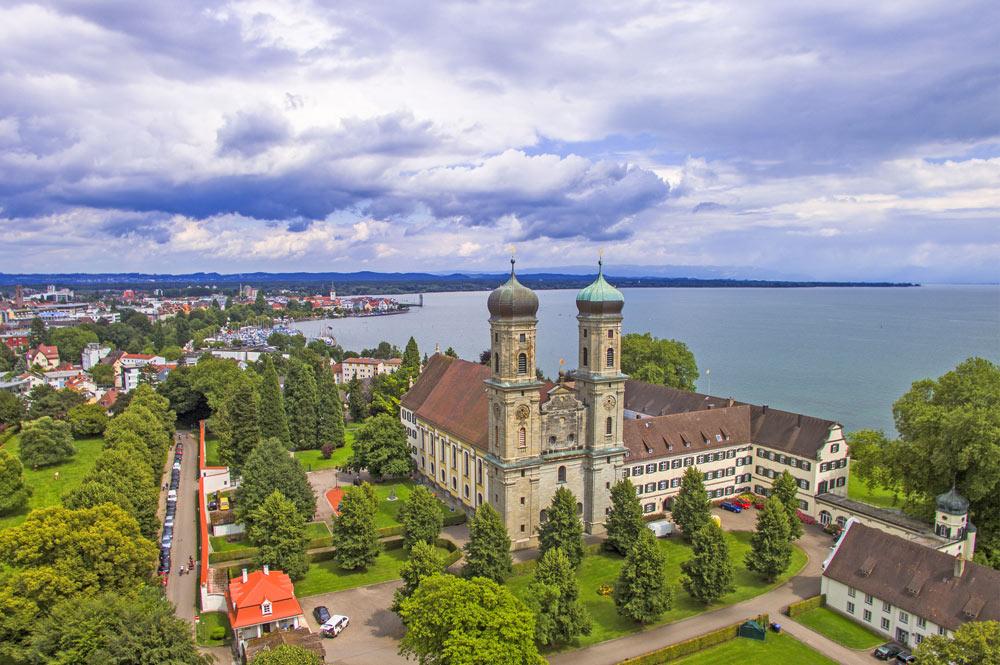 Luftaufnahme der Schlosskirche Friedrichshafen