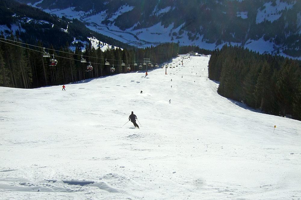 Skifahrer auf einer Piste in Kleinarl