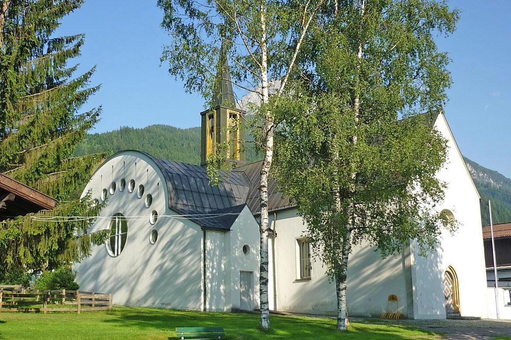 Außenansicht der Pfarrkirche St. Laurentius in Kleinarl