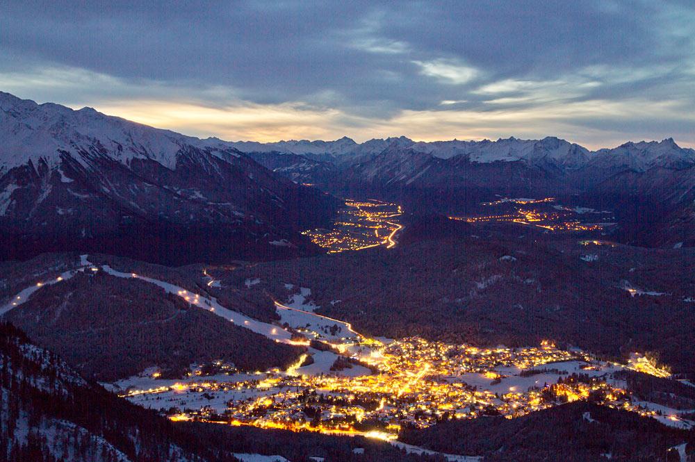 Blick auf Seefeld in Tirol bei Nacht