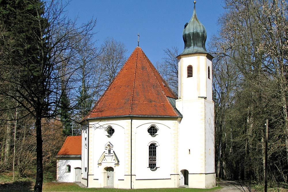 Blick auf die Fassade Wallfahrtskirche Maria Elend in Dietramszell
