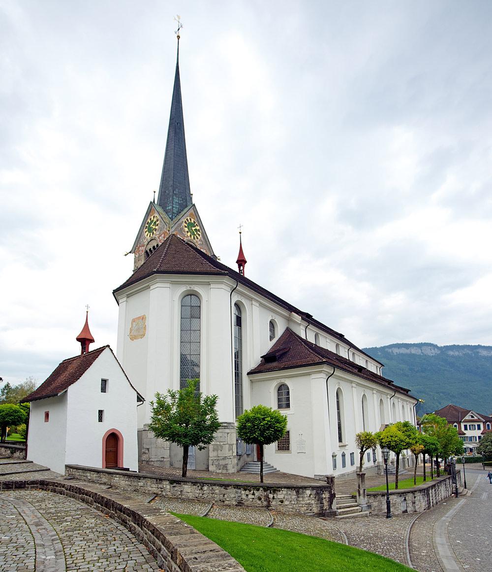 Außenansicht der Pfarrkirche St. Peter und Paul in Stans