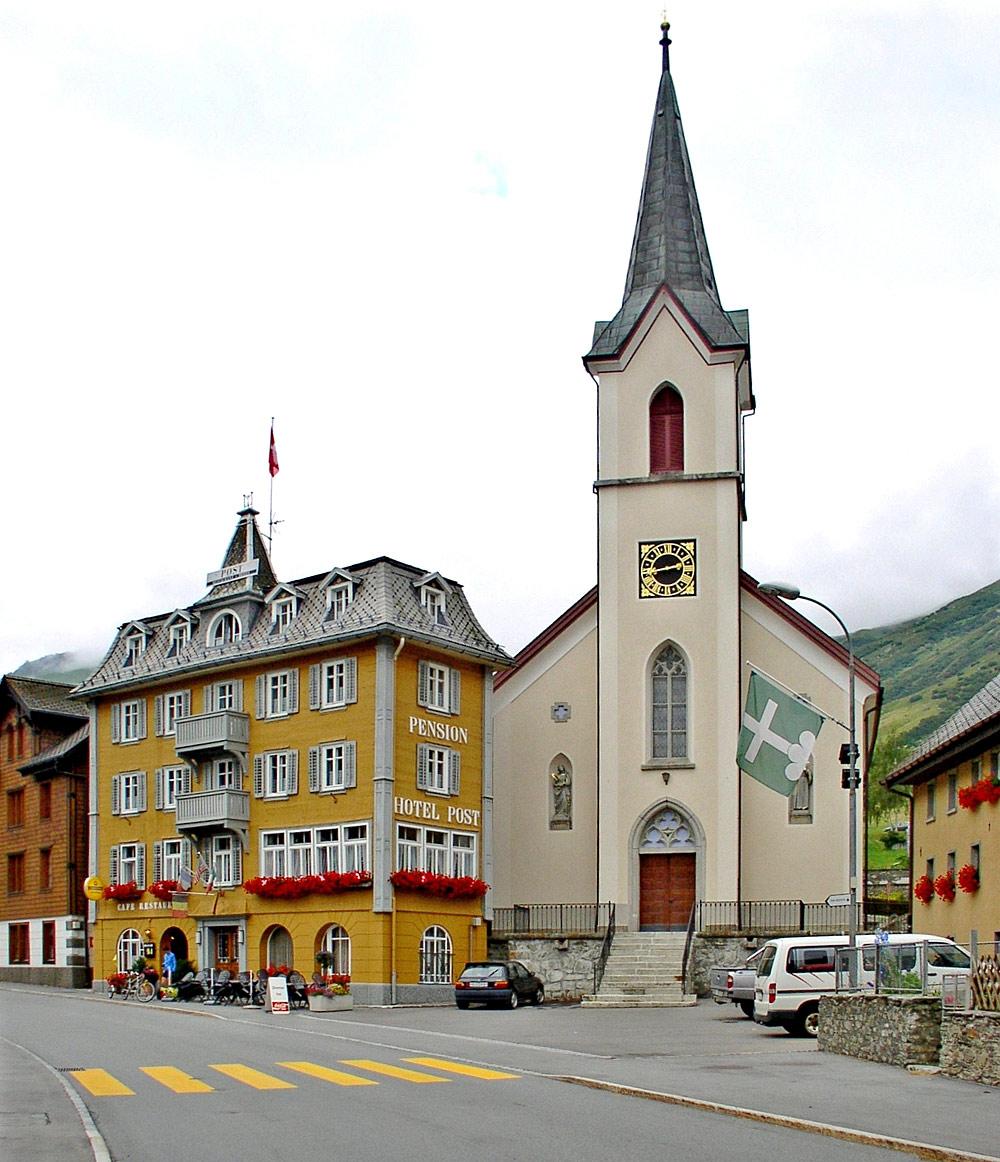 Ortszentrum von Realp mit der Heilig-Kreuz-Kirche und dem Hotel Post