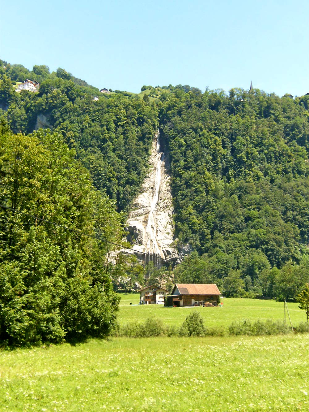 Blick auf den Bettbach-Wasserfall unterhalb von Illgau