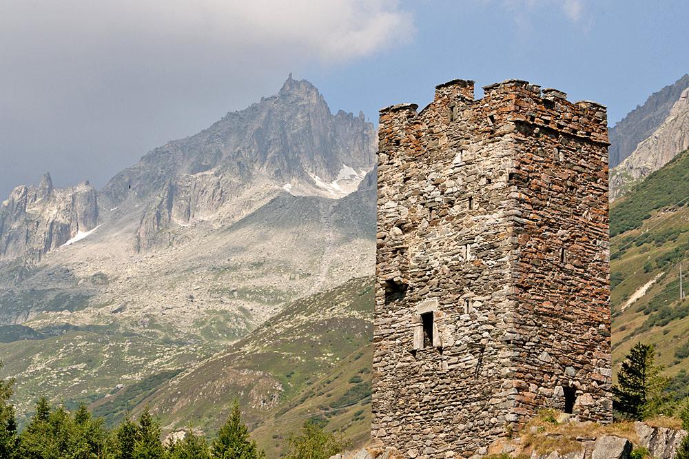 Blick auf den Langobardenturm in Hospental