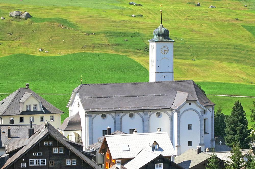 Blick auf die Pfarrkirche Mariä Himmelfahrt in Hospental