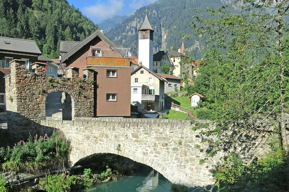 Zollbrücke Göschenen, im Hintergrund die Kirche
