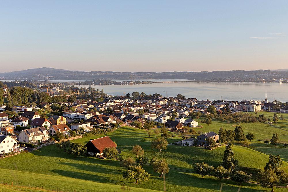 Blick auf Altendorf am Ufer des Obersees