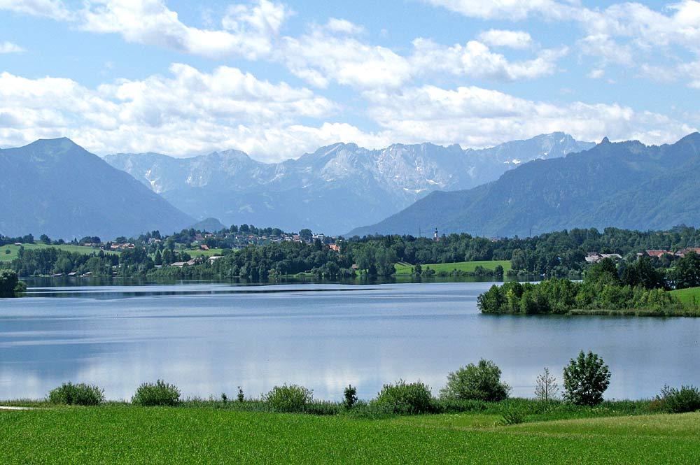 Blick auf den Riegsee mit dem Wettersteingebirge im Hintergrund
