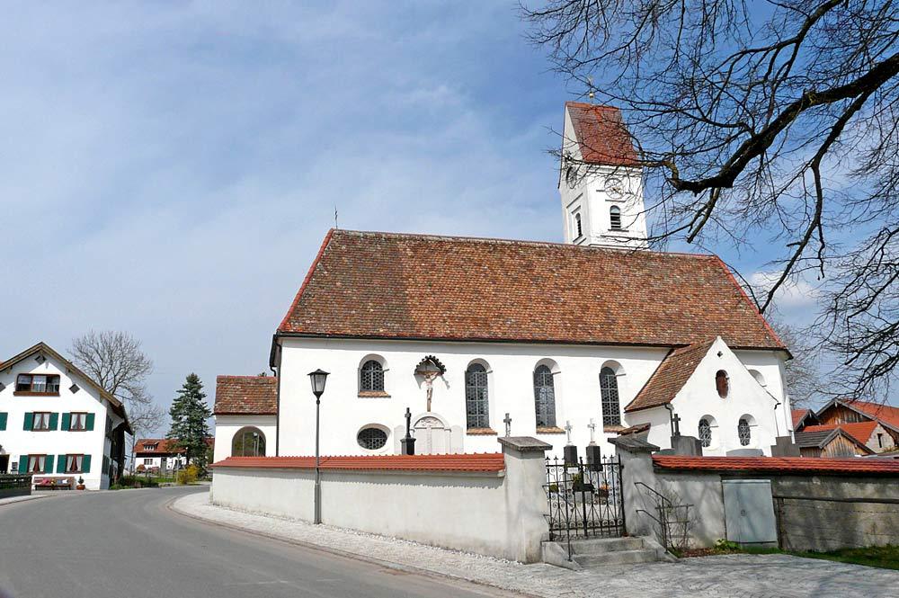 Außenansicht der Kirche St. Johannes Evangelist in Spatzenhausen