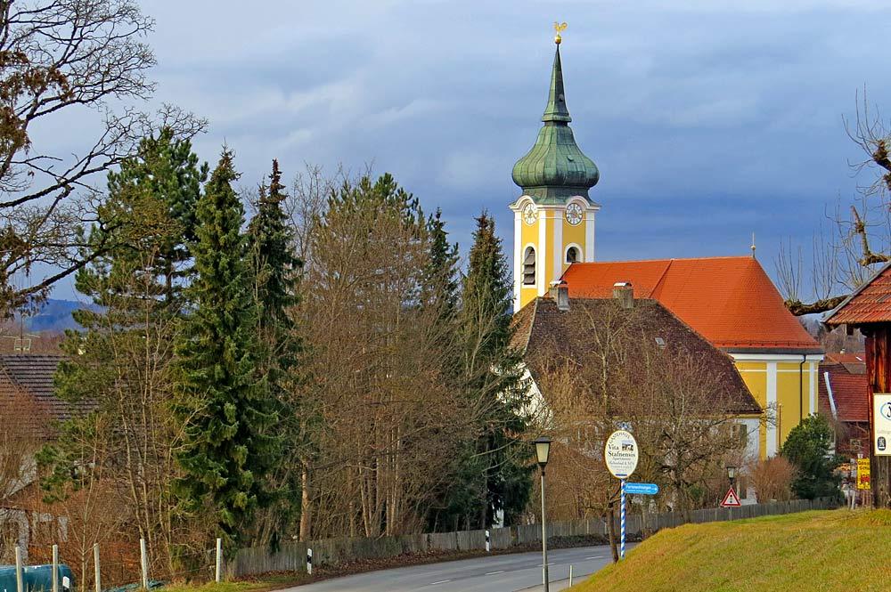 Kirche St. Michael mit Pfarrhof in Seehausen am Staffelsee