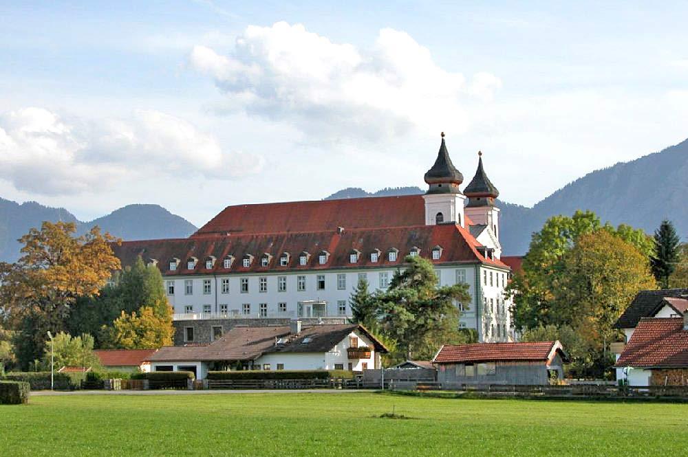 Blick auf das Kloster Schlehdorf