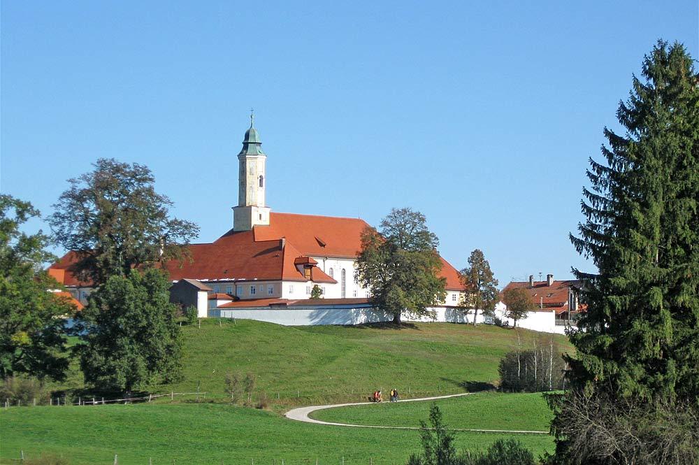Blick auf Kloster Reutberg in Sachsenkam