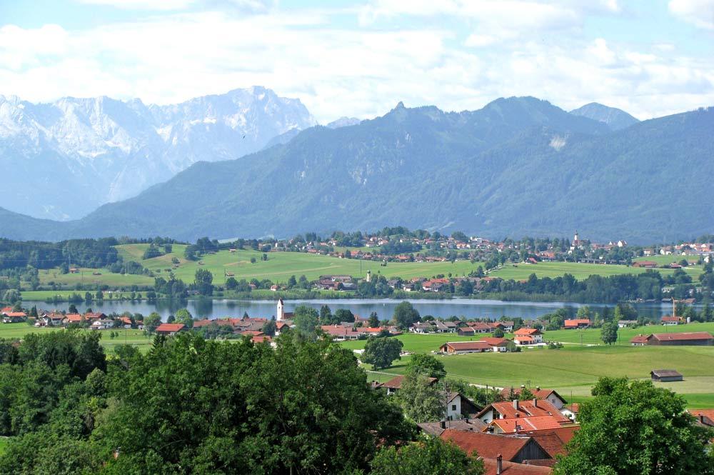 Blick auf die Gemeinde Riegsee und den Riegsee mit dem Wettersteingebirge und den Ammergauer Alpen im Hintergrund