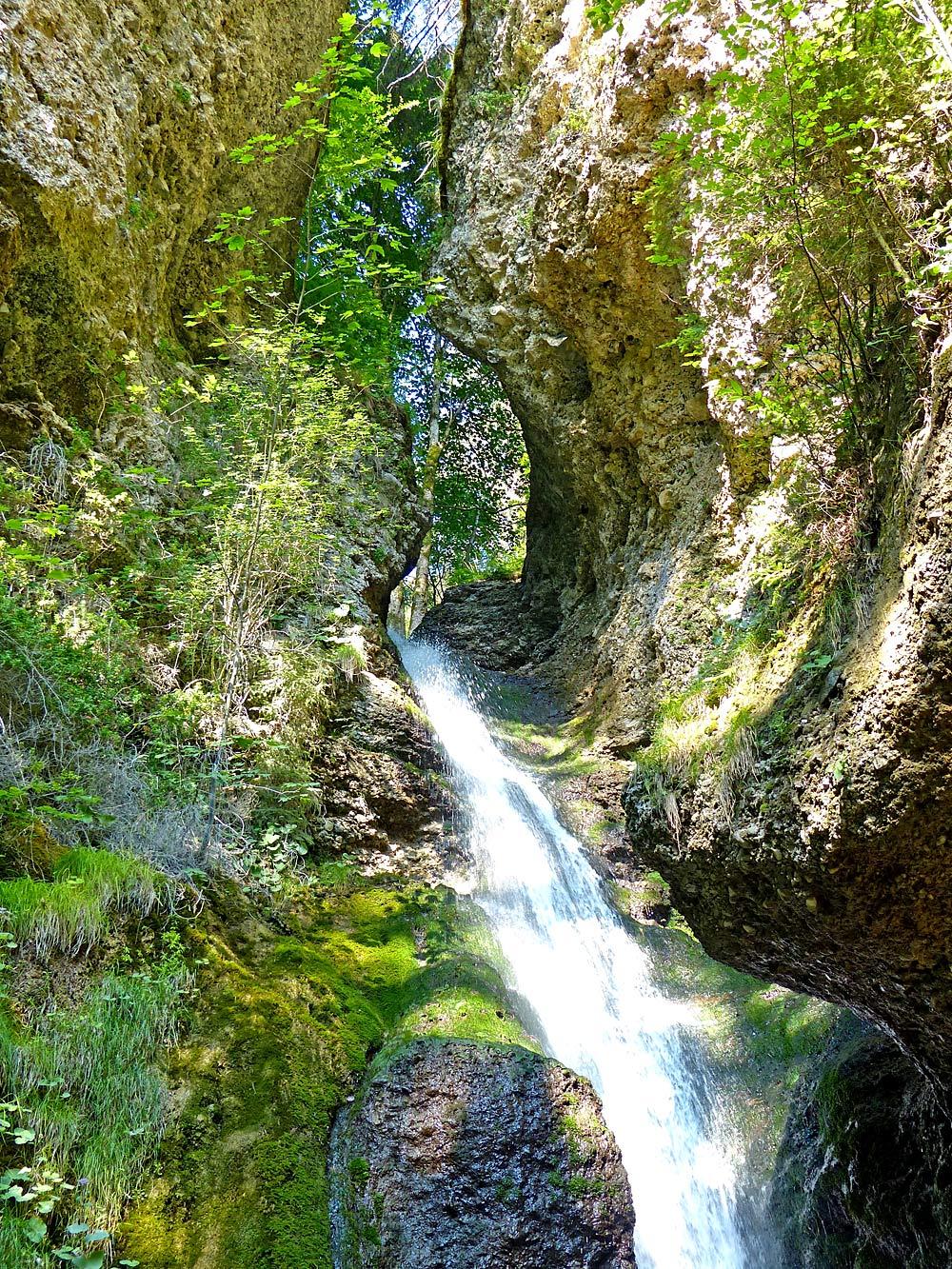 Hinanger Wasserfall mit Quelltuff-Formationen bei Fischen