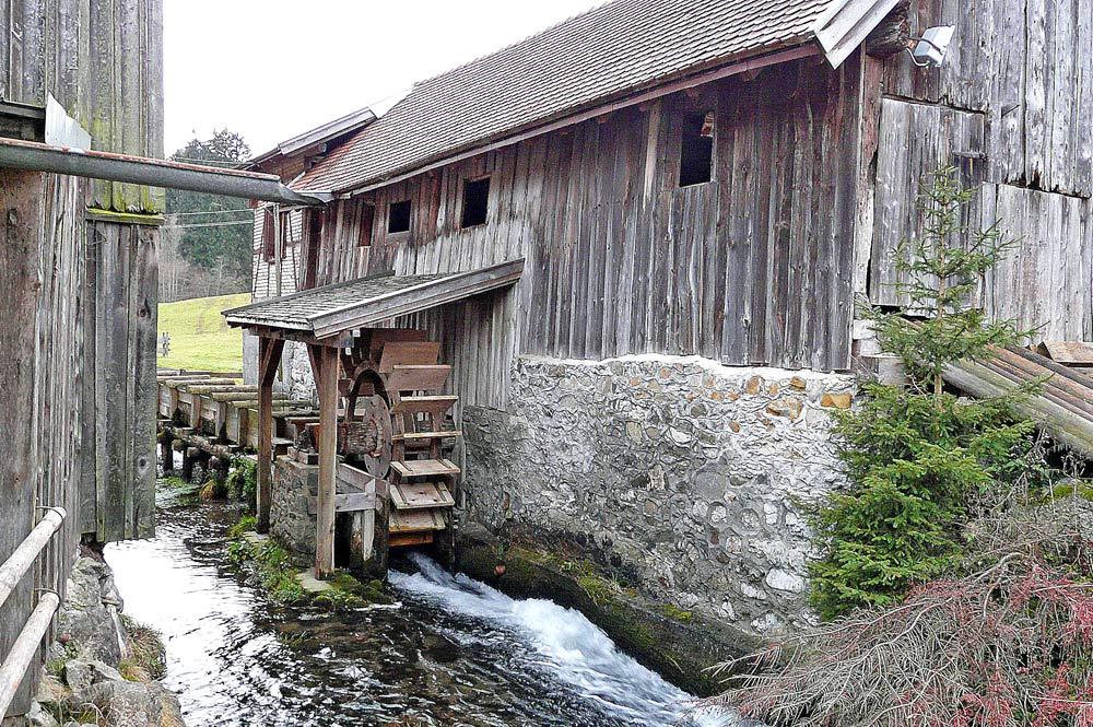 Historische Obermühle-Säge mit Wasserrad in Fischen