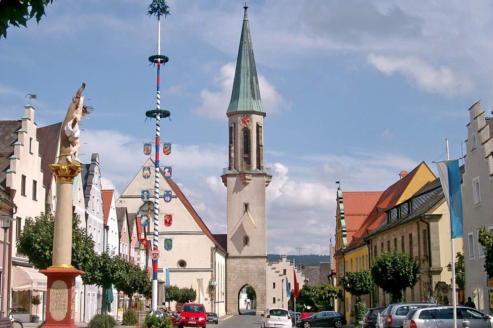 Der Stadtplatz von Kemnath mit der Pfarrkirche mit Mariä Himmelfahrt