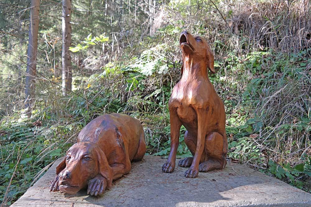 Hundefiguren aus Holz am Sagenweg Sagenhaftes Wölzertal