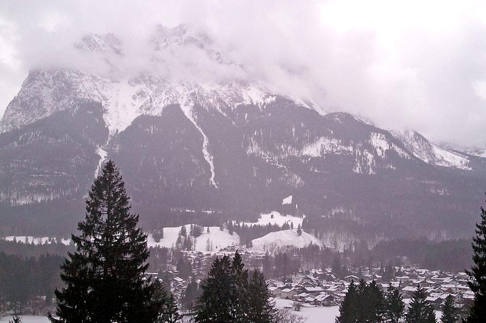 Blick auf Grainau und die Zugspitze im Nebel