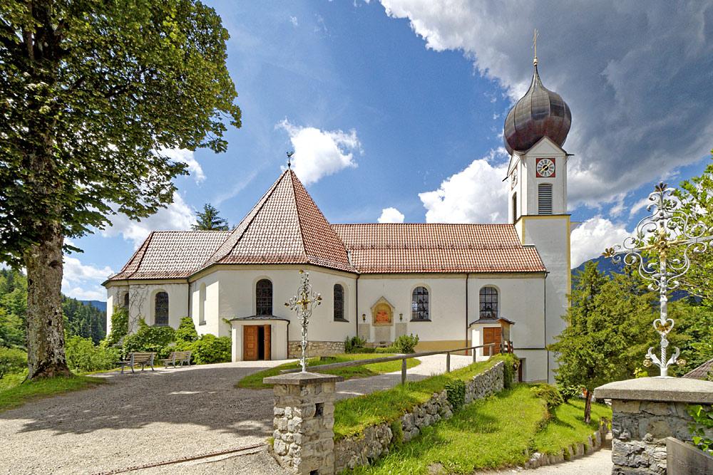 Außenansicht der Pfarrkirche Grainau