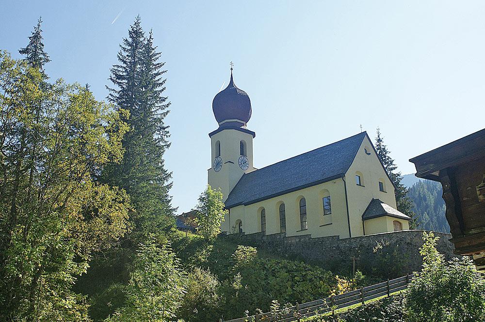 Blick auf die auf einem Hügel stehende Kirche St. Martin in Namlos