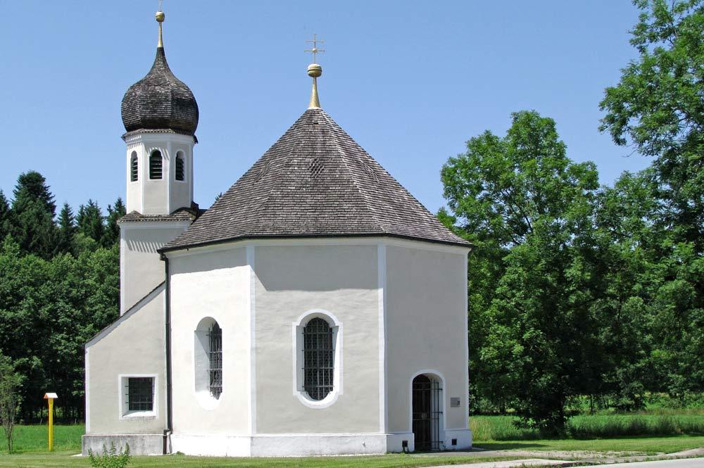 Blick aus Osten auf die Nikolauskapelle in Geretsried