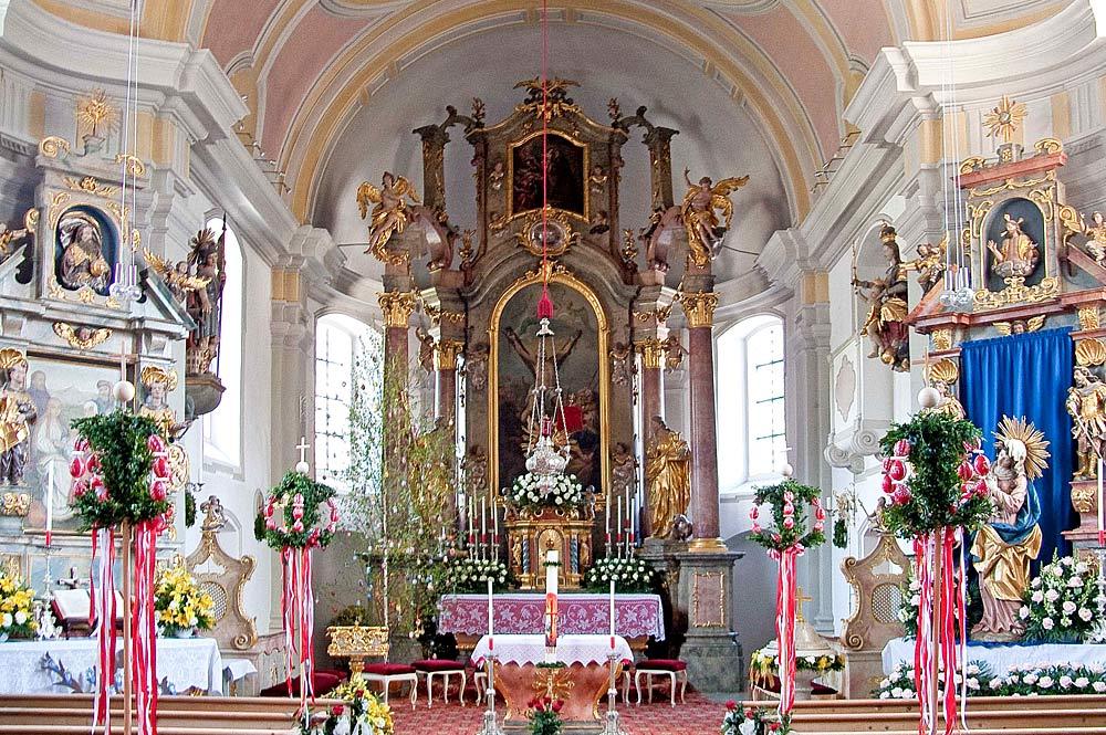 Blick auf den Hochaltar der Pfarrkirche St. Andreas in Farchant