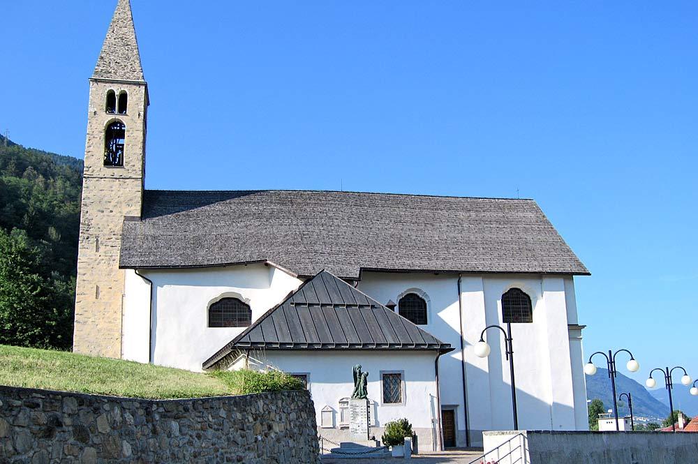 Blick von Westen auf die Kirche San Vigilio in Monclassico