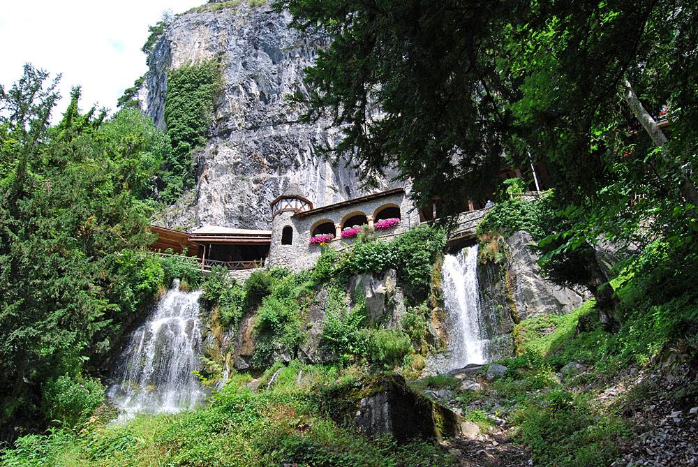 Blick auf unten auf den Wasserfall unterhalb der Beatushöhlen in Beatenberg