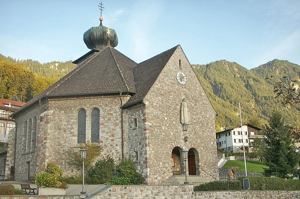 Außenansicht der Pfarrkirche St. Josef in Triesenberg