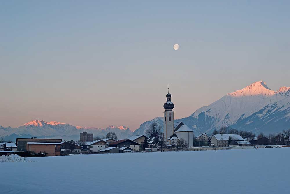 Mils mit Karwendelgebirge und den Stubaier Alpen im Hintergrund