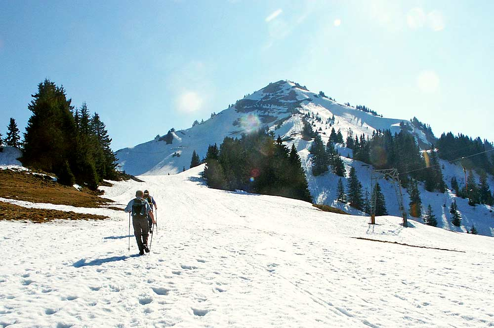 Winterwanderer auf dem Weg zum Grünten