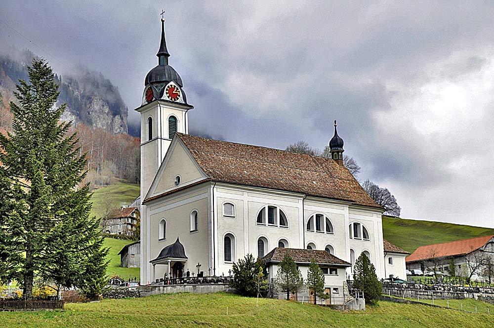 Blick auf die Pfarrkirche St. Sigismund und St. Waldburga in Muotathal