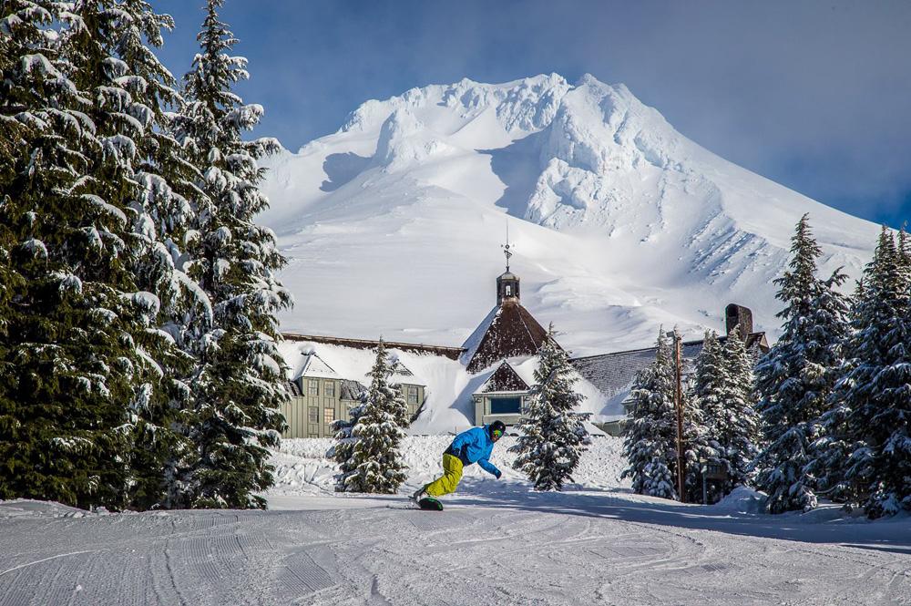 Snowboarder im Skigebiet Timberline in Portland