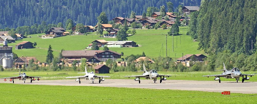 Hunterflugzeuge auf dem Flugplatz von St. Stephan