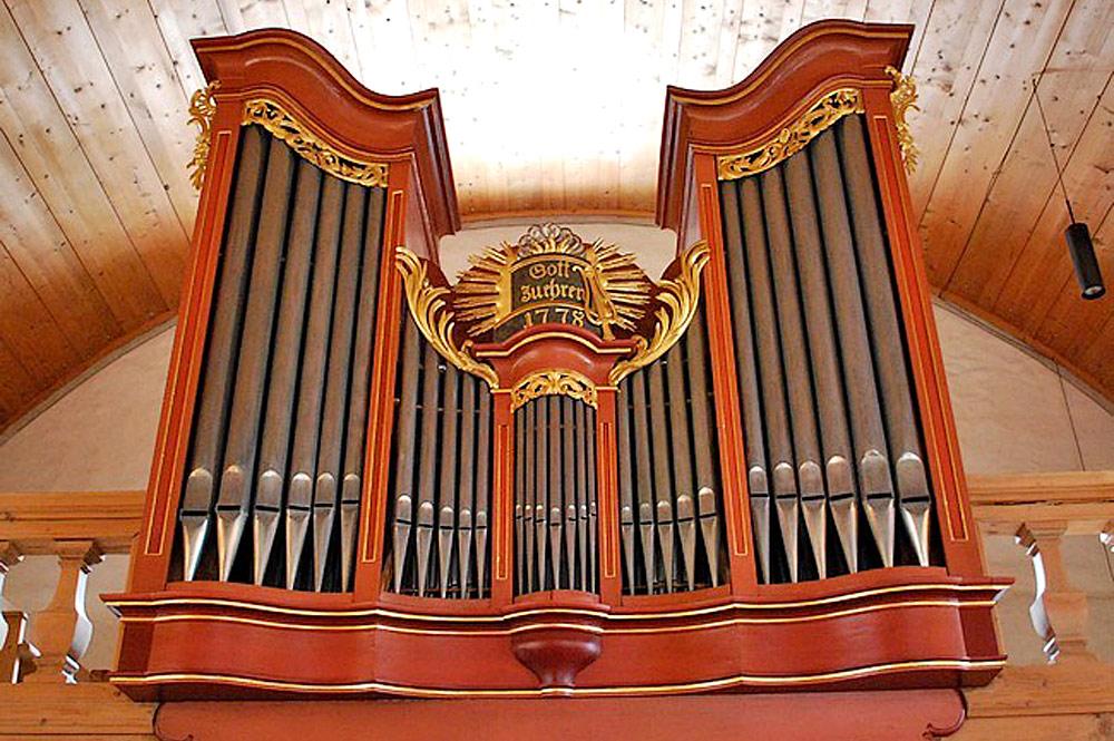 Blick auf die Orgel in der Pfarrkirche von St. Stephan