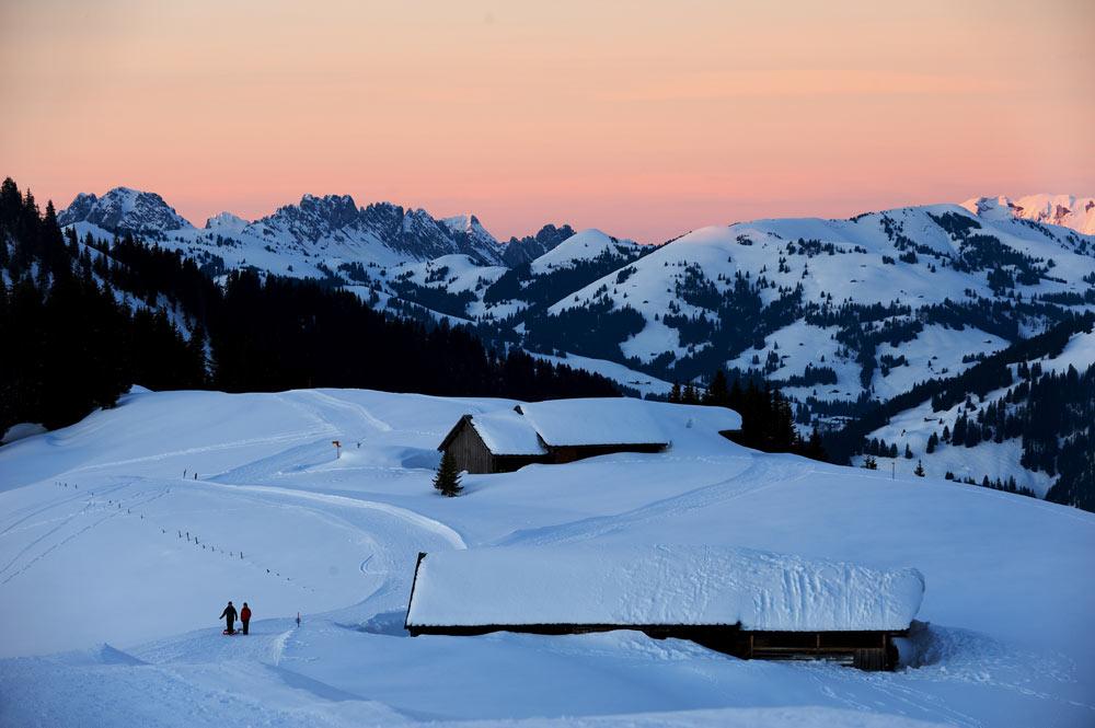 Holzhütte im verschneiten Saanenland