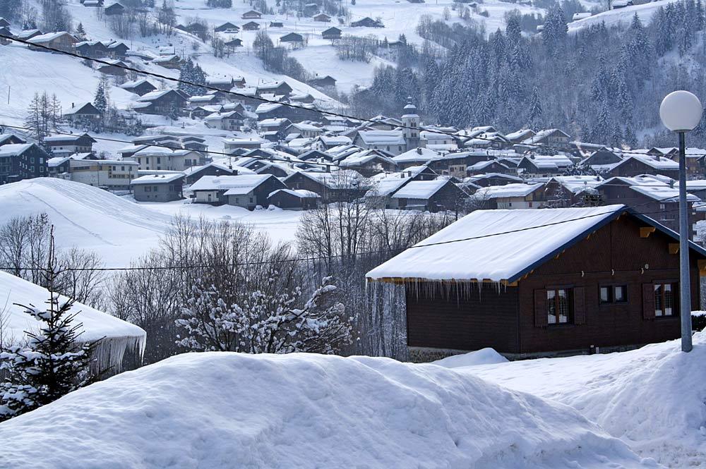 Blick auf die Holzhäuser von Arêches-Beaufort