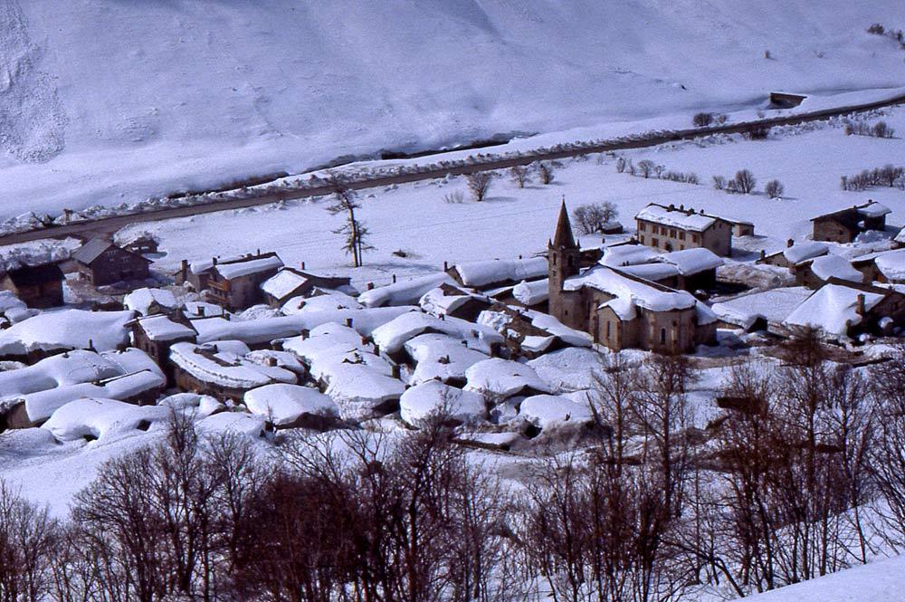 Luftaufnahme von Bonneval-sur-Arc im Winter