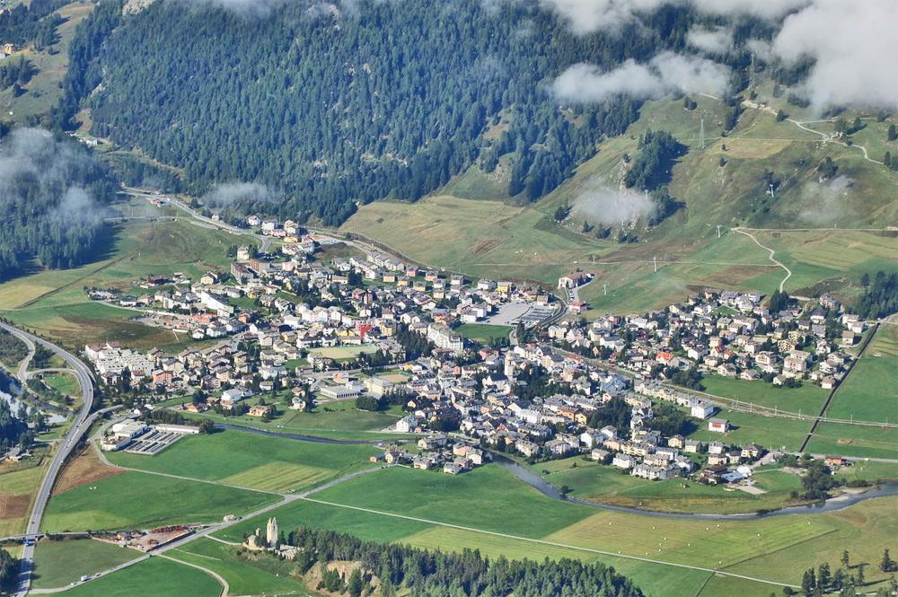 Luftaufnahme des Ortes Celerina in der Schweiz