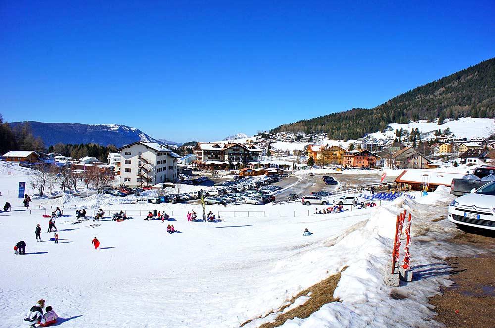 Blick auf die Talstation des Skigebiets Folgaria Ski im Trentino