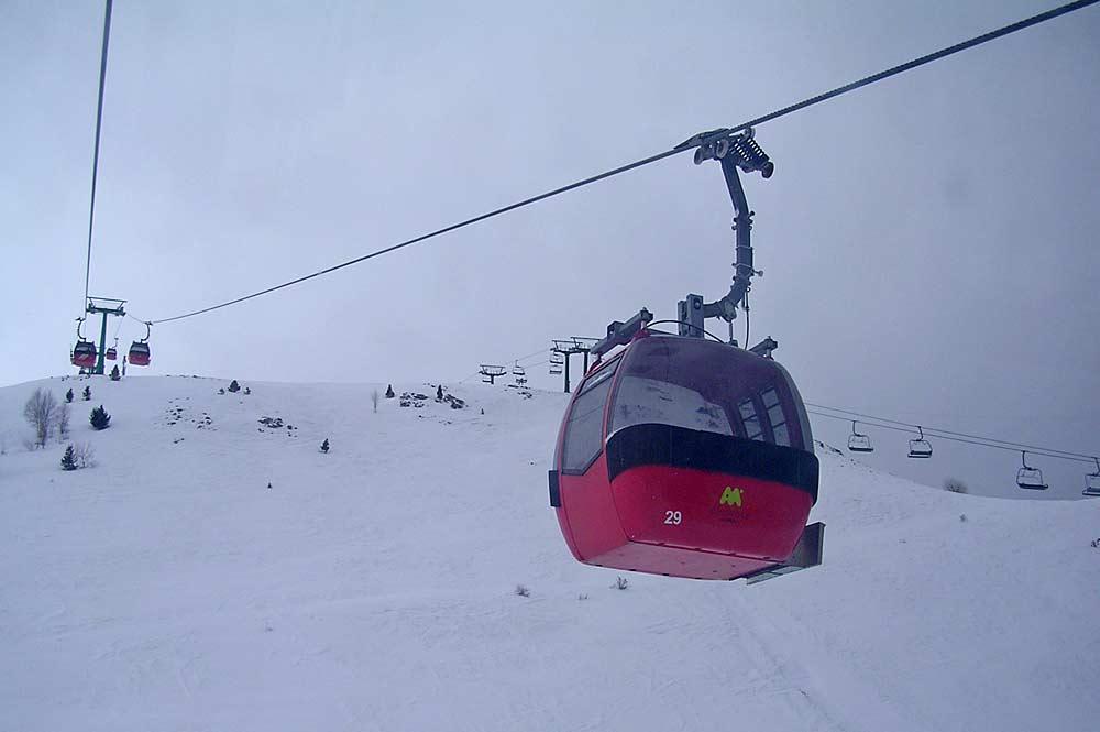 Blick auf die Piste und eine Seilbahn im Skigebiet Panticosa