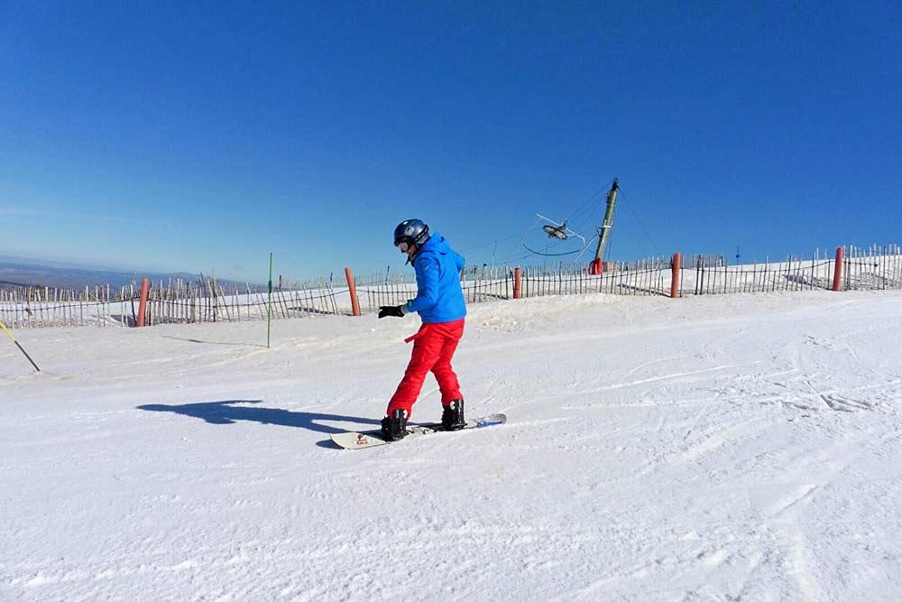 Snowboarder im Snowpark des Skigebiets Javalambre