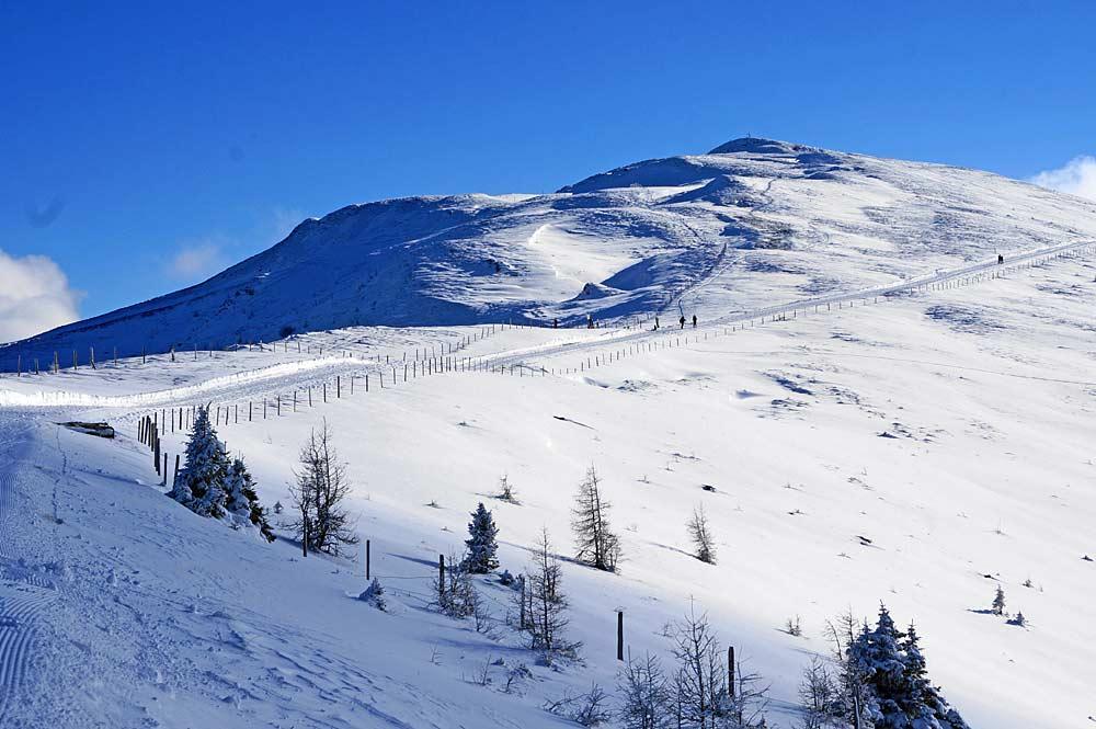 Wanderer auf dem Winterwanderweg Kaiserburg in den Kärntner Nockbergen