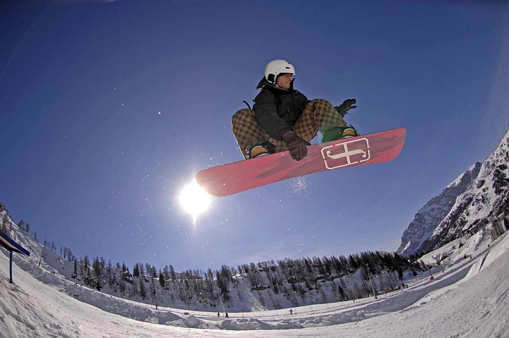 Snowboarder im Snowpark von Nassfeld-Pressegger See