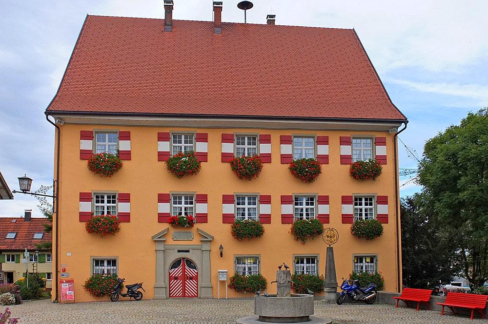 Außenansicht des Rathauses von Weiler