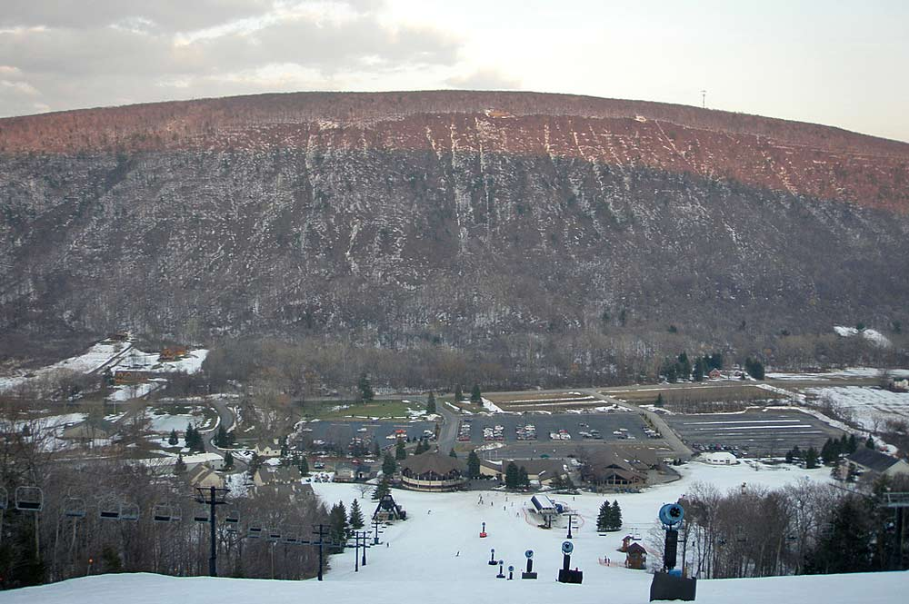 Blick von oben auf die Talstation des Skigebiets Bristol Mountain
