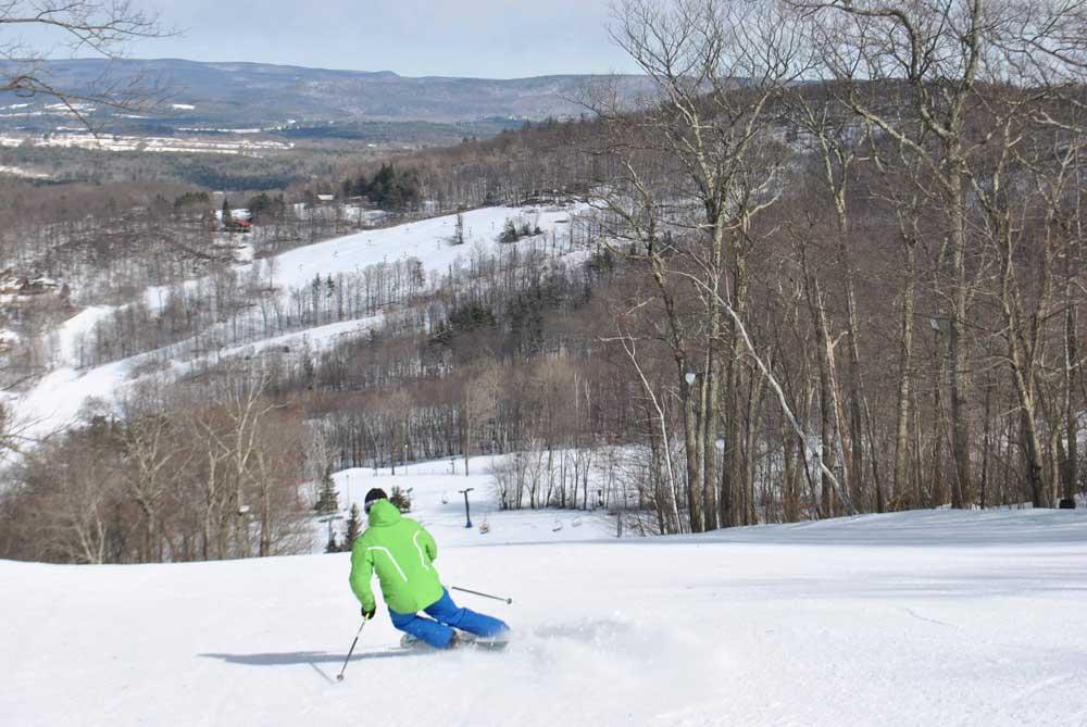 Skifahrer auf einer Piste in der Catamount Ski Area