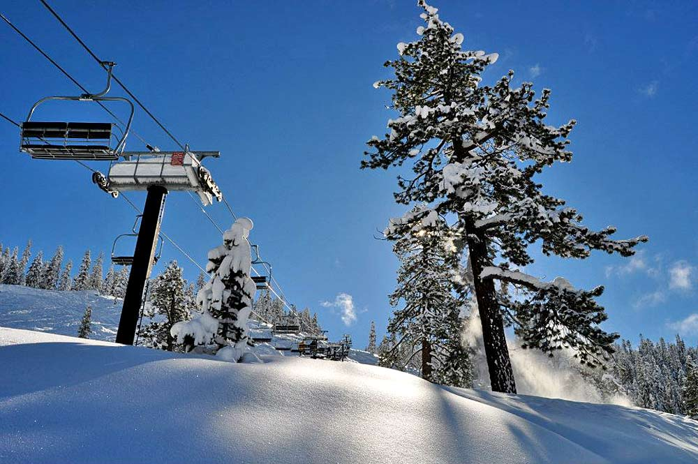 Blick auf Sessellift und Piste im Skigebiet Dodge Ridge